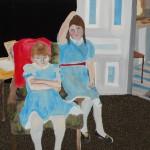 To piker med blå forklær